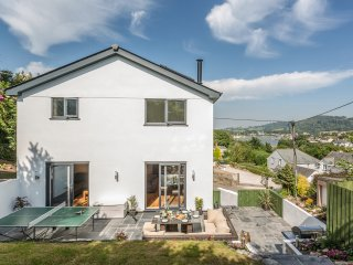 LAKE VIEW, spacious three storey contemporary retreat with lovely Tamar Estuary