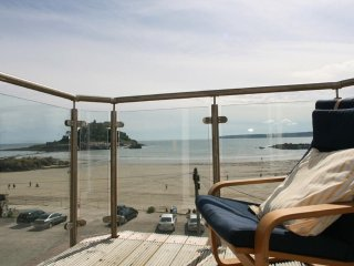 HIGHER MOUNT VIEW second floor apartment, incredible sea view, short walk to pub
