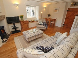 SUNRISE COTTAGE well presented cottage, open plan, short walk to harbour, in Pad