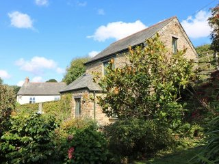 THE LITTLE BARN detached barn, pet welcome, enclosed garden, close to Looe REF