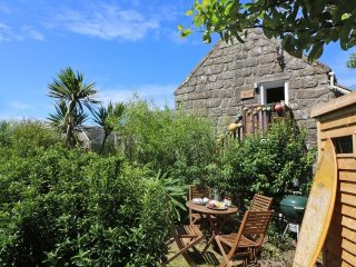 FISHING BUOY coastal barn conversion, woodburner and pretty garden, close to Sen