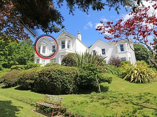 GWYDHEN Edwardian mansion apartment, beautiful gardens, open fire, wifi, near