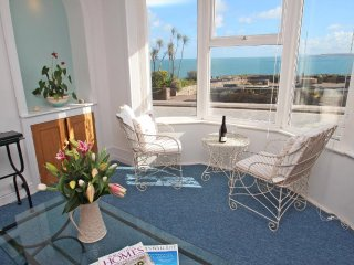 ADMIRAL'S VIEW sea views, short walk to beaches and town, WiFi Ref 959927