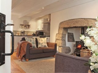 MENNA COTTAGE a cosy cottage, enclosed garden, WiFi, two dogs welcome, in the ha