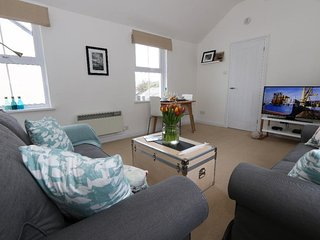 MACKEREL SKY boutique first floor apartment, sea glimpses, walk to beach, restau