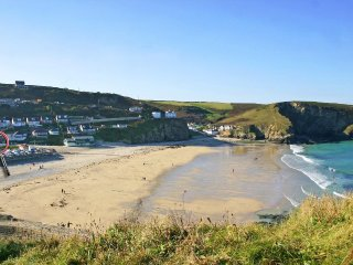SURF COTTAGE, beachside position in Portreath, sea views, parking, WiFi, Ref