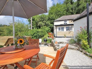 LADY GRACES traditional cottage, woodburning stove, wifi, pets welcome near Looe