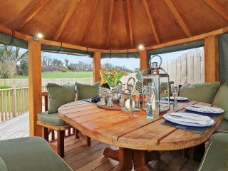 DEMELZA modern barn conversion, hot tub, wooden gazebo, WiFi, enclosed garden