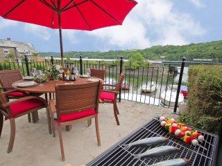 TIME AND TIDES waterfront house, three en-suites, estuary views, WiFi, near
