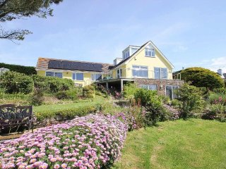WINDRUSH coastal house with super sea views, balcony and garden, 10 mins walk to