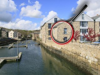 LOWER FAL COTTAGE, river views, beautiful home interior, paces from waterside pu
