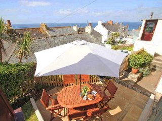 INGLENOOK, walk to town, open fire, sea views, Ref 959830