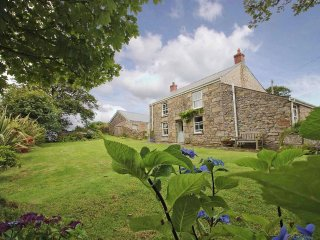 BOLENOWE FARM, renovated farmhouse, lawned garden, wood burner, near Camborne