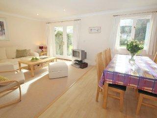 SPINDRIFT modern holiday cottage, communal gardens, walk to beach near