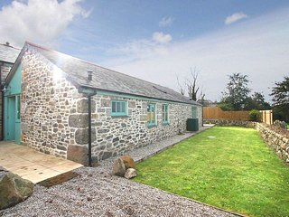 SAMPSON BARN enclosed garden, woodburning stove, pets welcome, near Praa Sands
