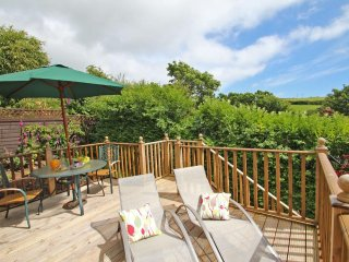 PALM LODGE contemporary lodge with sea view from raised deck, fresh open plan in