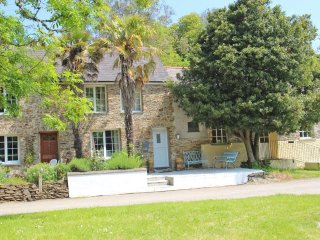 CASTLE COTTAGE peaceful cottage, real fire, courtyard garden in the Roseland, Re