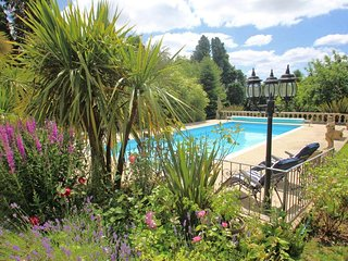 DAISY LODGE, Scandinavian-style lodge, rural location, shared swimming pool, nea
