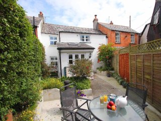 FISHERTON COTTAGE charming cottage, enclosed courtyard, village location near Bu