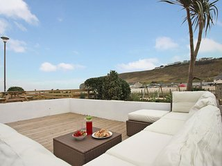 SANDY COVE, modern apartment, WiFi, large decked terrace with sea views in Porth