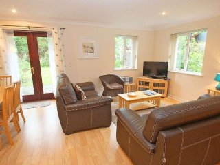 SUMMER COTTAGE modern house in village setting,walk to beach, Falmouth resort
