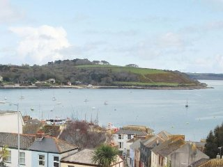 CORDER VIEW, townhouse with sea views, garden, off road parking, in Falmouth