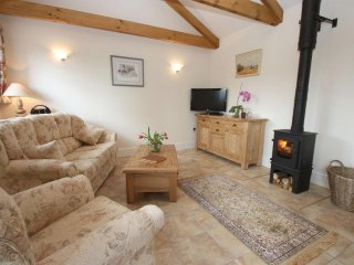 THE BYRE, rural location, woodburner, patio REF959540