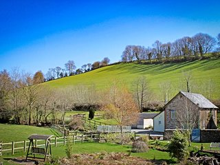 DUNSLEY MILL, lovely cottage beside stream, countryside setting, woodburning sto