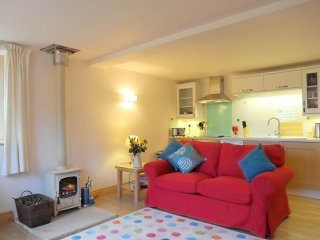 PLUM COTTAGE woodburner, walk to two pubs in Colebrooke, Ref 959521