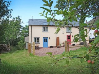 APPLE COTTAGE, Eco friendly, modern country cottage with beams and character fea