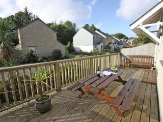 WATER'S EDGE modern house in holiday village, walk to beach, close to Falmouth