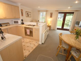 DAISY COTTAGE modern house in holiday village, walk to beach, close to Falmouth,