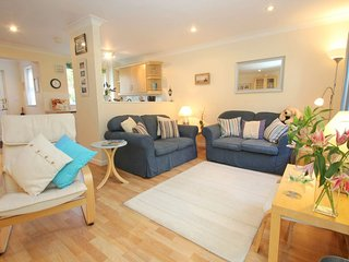 MORTON COTTAGE welcoming family home, private patio, onsite facilities, near Fal