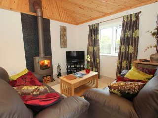 SUNTRAP HIDEAWAY delightful modern bungalow, high quality, woodburner, walk to p