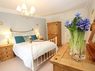 OFF SQUARE welcoming apartment, WiFi, overlooking St Agnes town square Ref