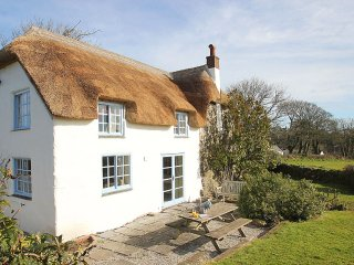 ROSE COTTAGE pretty 16th century thatched cottage, lovely garden, WiFi, rural