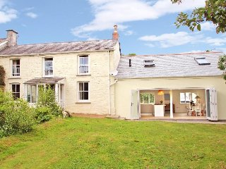 LITTLE CHYCOOSE, open fire, large garden, en-suite shower room, Falmouth and Tru