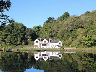 CARNE MILL, beautifully renovated former mill, large gardens, views of tidal cre