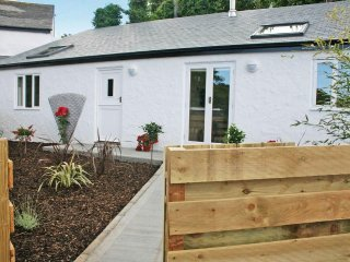 GODREVY BARN, modern barn conversion, private garden with hot tub, wood burner