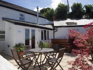 GODREVY COTTAGE renovated farm cottage, hot tub, enclosed garden, village spot