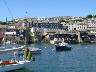 SLIPWAY COTTAGE reverse level property in Falmouth, en-suite shower room, off ro