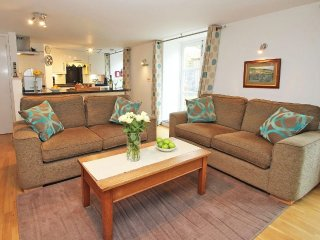 EBENEZER COTTAGE beautifully refurbished cottage, enclosed patio, moments from t