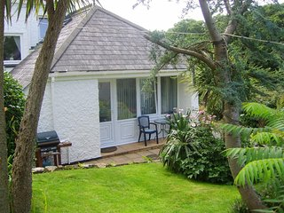THE LIGHTHOUSE spacious annexe apartment, private gardens, walking distance to t