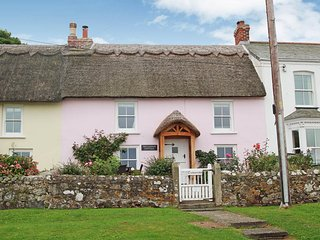 TREVARROW Pretty thatched cottage with sea views, Coverack location, walk-to