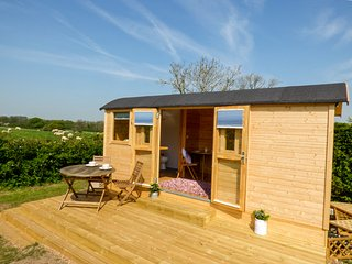 SHEPHERDS DELIGHT, gorgeous shepherd's hut, swimming pool, en-suite, WiFi, in Ma