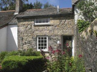 WHITE DUCK COTTAGE, beautiful terraced cottage, open fire, garden, short walk