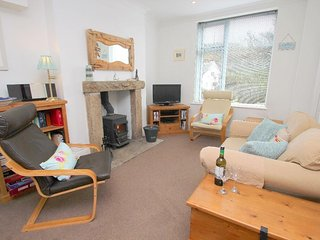 WOLF ROCK coastal apartment, woodburner, WiFi, en-suite shower room, close to th