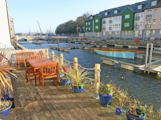 TIDES REACH modern waterside townhouse in Penryn, river views, terrace area