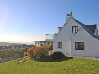 CHY RYN fabulous family home, short walk to beach, sea views, large garden, Mawg