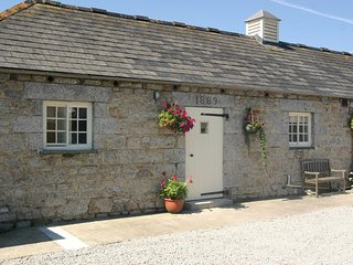 SWALLOW COTTAGE well-presented barn conversion, private terrace and shared parkl